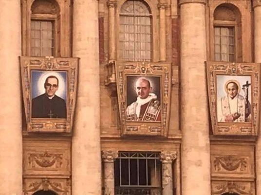 ENTREGA KIT A PEREGRINOS SALVADOREÑOS EN ROMA